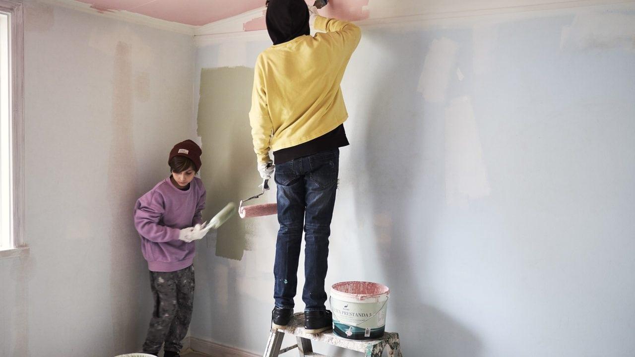 Barn målar tak