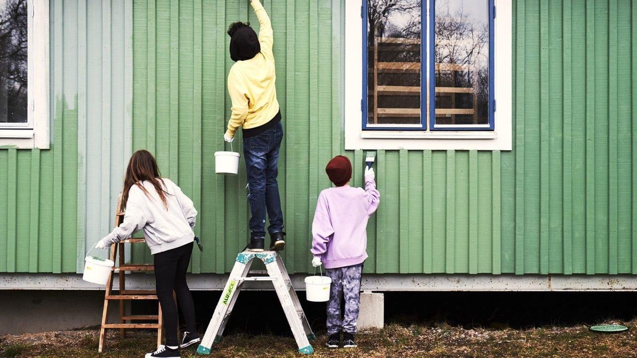 Tre barn målar