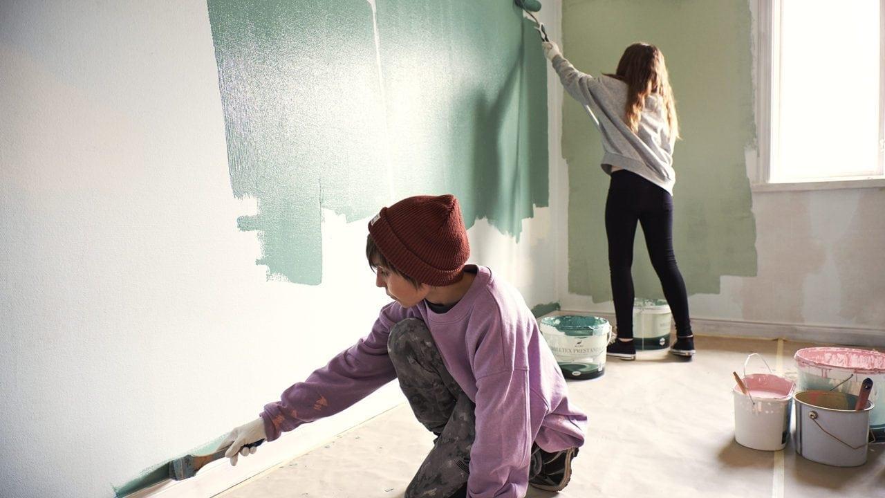 Två barn målar